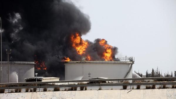 النيران تشتعل مجددا في مستودع للوقود بطرابلس