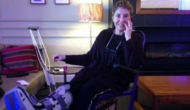 الاعلامية المصرية هالة سرحان على كرسي متحرك بعد تعرض ساقها للكسر
