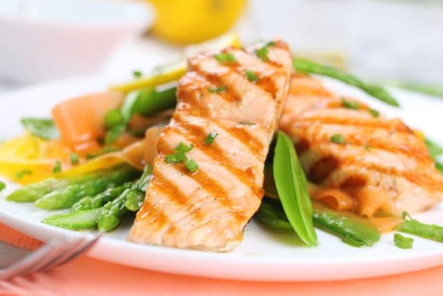 المكسرات والسمك أطعمة للحماية من أمراض القلب