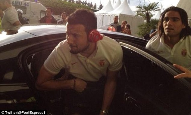 لاعبو موناكو يذهبون للملعب بسيارات الأجرة