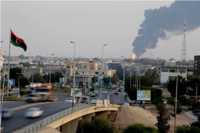 قصف واشتباكات بمناطق متفرقة بطرابلس ونزوح للسكان