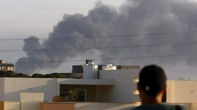 النيران تلتهم خزانات النفط بطرابلس..وتواصل المواجهات المسلحة