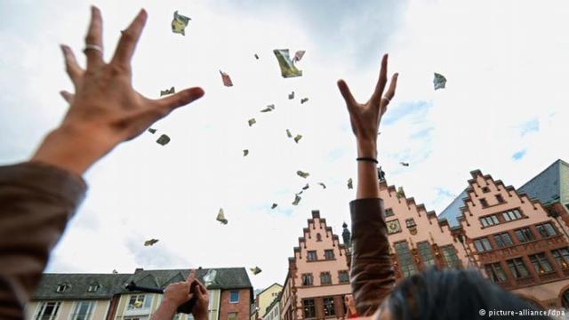 سماء فرانكفورت تمطر نقودا