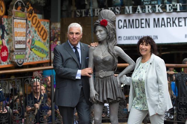 الكشف عن تمثال للمغنية أيمي واينهاوس بلندن