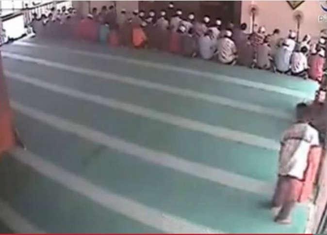 لص يسرق داخل مسجد