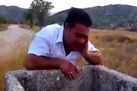 شاب يستخدم «بئر» كـ «مكبر صوت» ليقرأ القرآن
