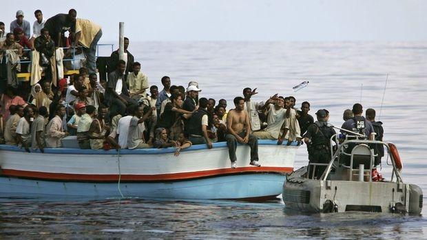 ضبط مركب يحمل 170 مهاجرا سريا قبالة سواحل بنغازي