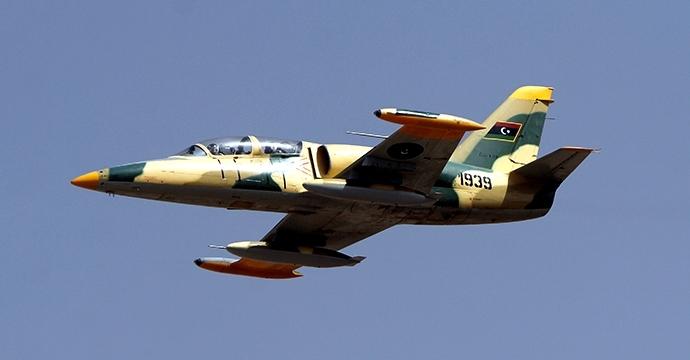 رويترز: طائرة حربية تقصف أحد موانئ بنغازي