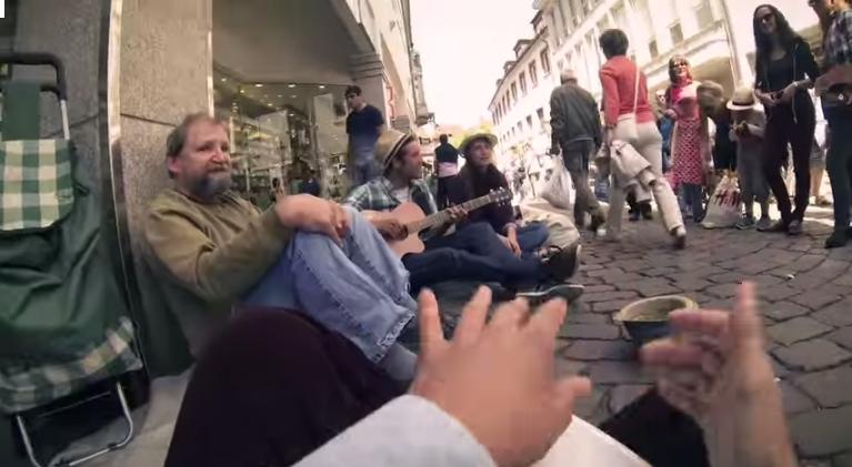 لحظة إنسانية جميلة..شاهد كيف يساعد موسيقيون شباب متشردا ألمانيا