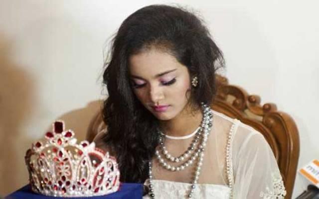 ملكة جمال بورمية جردت من لقبها تهرب مع التاج