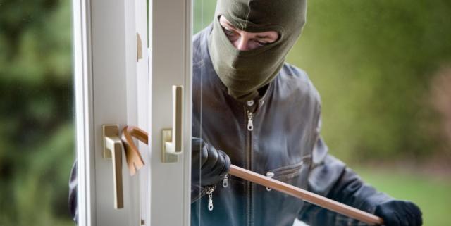 لص مبتدئ ينسى أوراق تعريفه بمكان السرقة