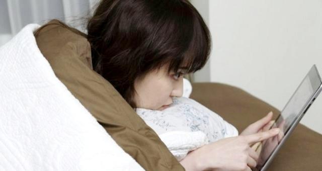 التحدث بالهاتف المحمول قبل النوم يسبب الأرق والصداع