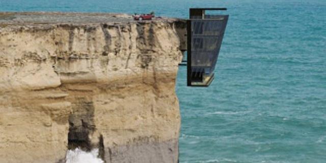 يشيد منزلا على حافة جرف صخري مطل على محيط
