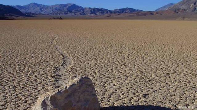 العلماء يكتشفون سر حركة الصخور في
