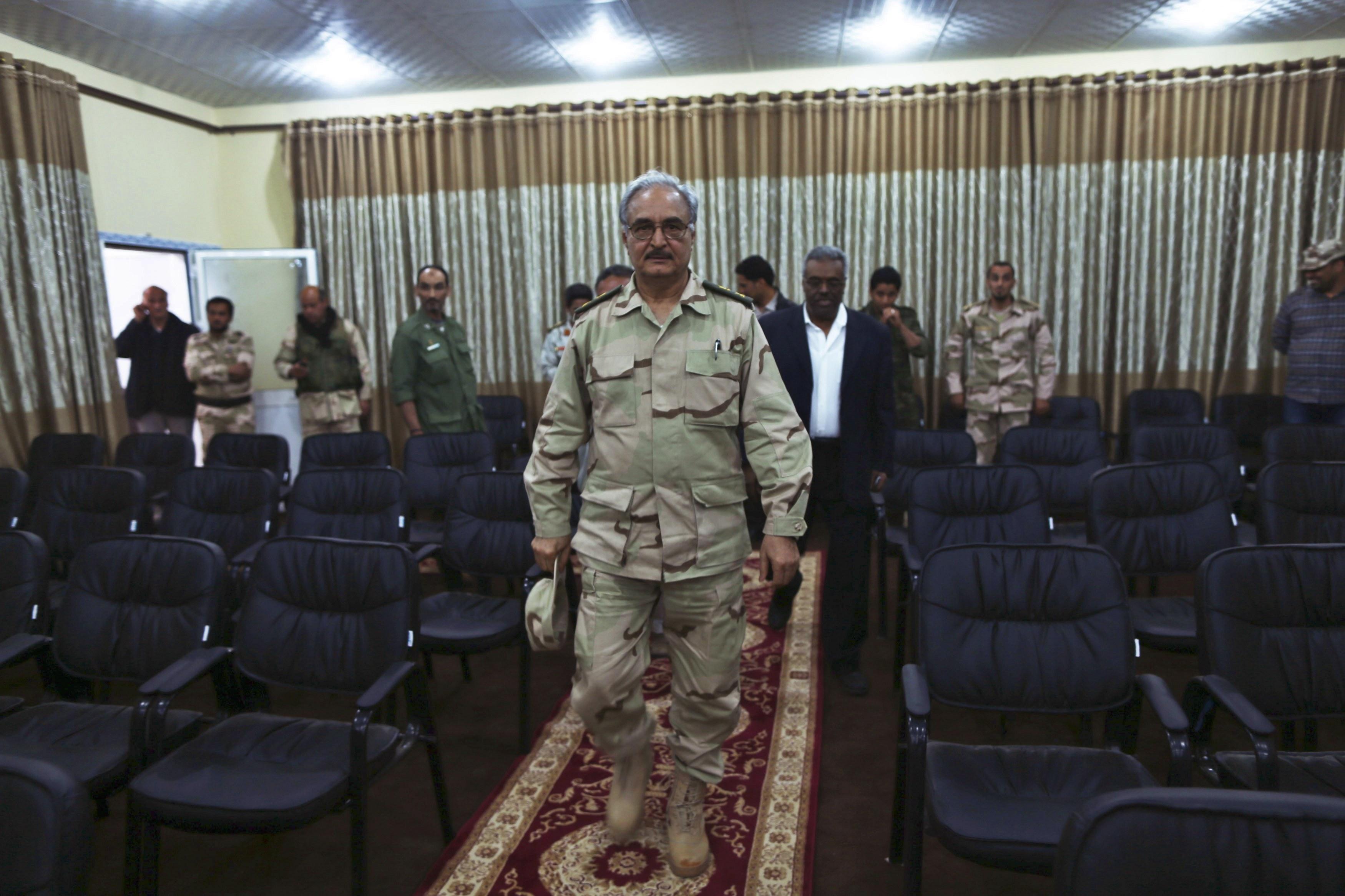 حفتر يهدد بقصف ميناء بنغازي ما لم تمتثل إدارته لأوامره