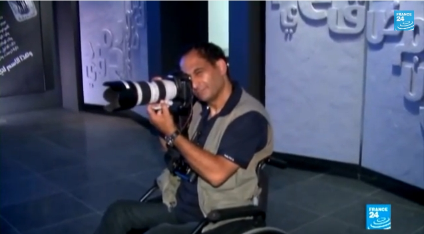 قصة نجاح..مصور فلسطيني على كرسي متحرك