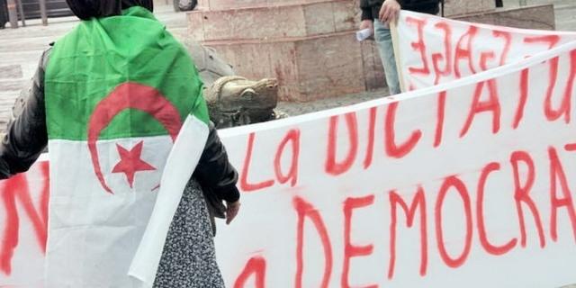 الجزائر.. أمهات عازبات يهددن بالانتحار مع أطفالهن