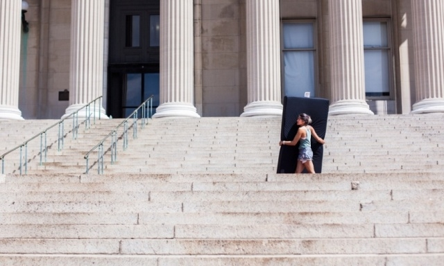 طالبة أمريكية تحمل فراشها أينما ذهبت احتجاجا على تعرضها للاغتصاب