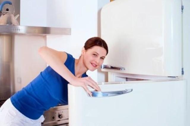6 طرق لتنظيف الثلاجة قبل وضع
