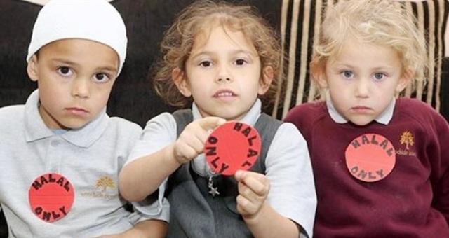 عائلة بريطانية مسلمة ترسل أطفالها إلى المدرسة بلاصقات