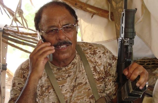 الأحمر يتوعد الحوثيين ويغادر إلى السعودية