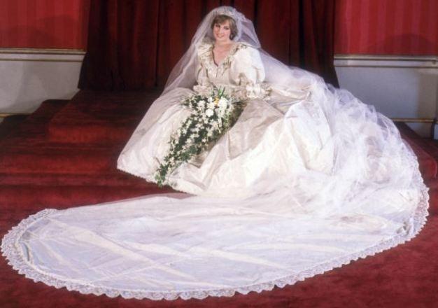 فستان زفاف الأميرة ديانا يعود لابنيها بعد 17 عامًا