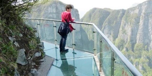 لعشاق المغامرة.. شاهد أعلى ممشي زجاجي في العالم