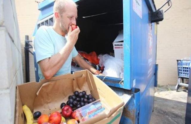 أمريكى يتناول طعاما من القمامة لتوعية الناس