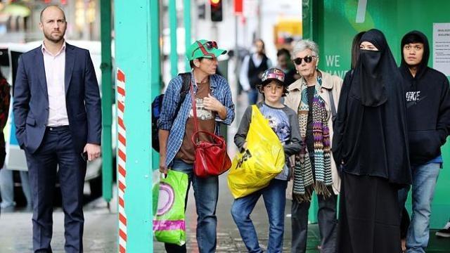 صحفية أسترالية ترتدي النقاب لترصد ردود فعل الناس تجاهها