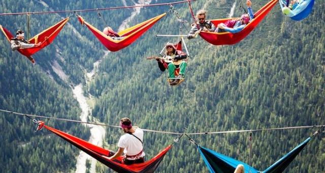 فوق جبال الألب.. استراحة معلقة في الهواء لهواة المخاطرة