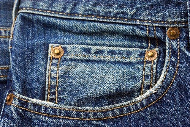 قانون يمنع الاناث من ارتداء الجينز تحت الخصر