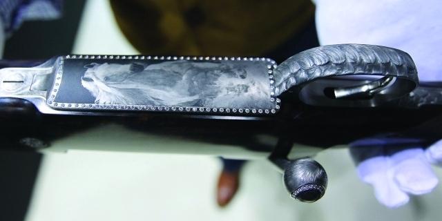 بندقية «البرق» النمساوية بمليون درهم مرصعة بـ86 حجر ألماس