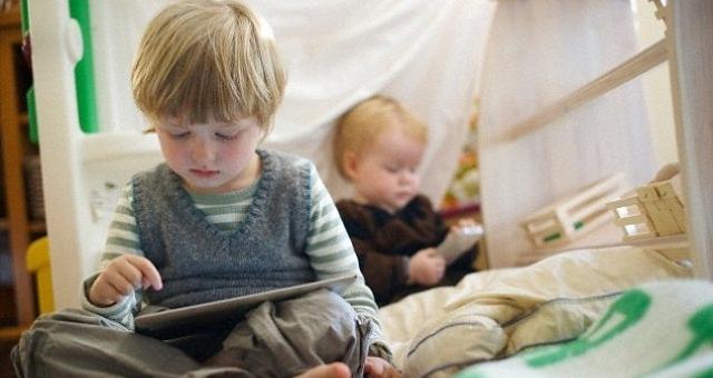 دراسة: أجهزة «التابلت» و«سمارت فون» صديقة الأطفال