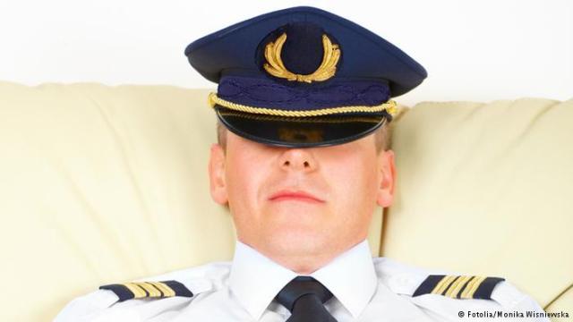 طائرة حربية توقظ طياران نائمان أثناء رحلتهما