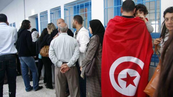 التونسيون يتوجهون بكثافة إلى مكاتب التصويت لاختيار نوابهم الجدد
