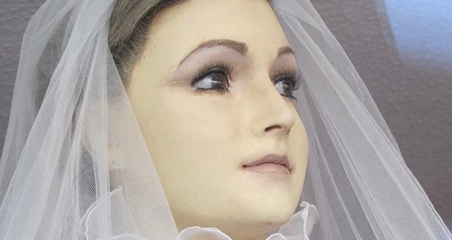 بالصور.. عروس تم تحنيطها يوم زفافها لتصبح «عارضة أزياء»!