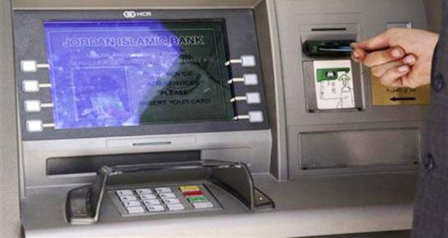 امرأة تفكك ماكينة صرف آلي بعد أن ابتلعت بطاقتها
