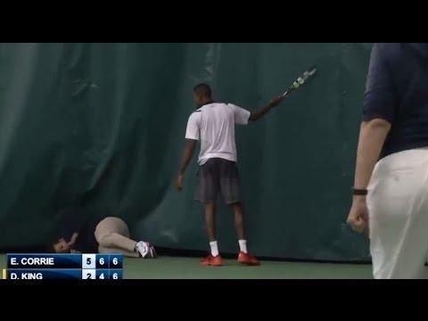 لاعب يضرب حكمة بمضرب