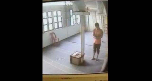 لص يسرق صندوق التبرعات داخل مسجد
