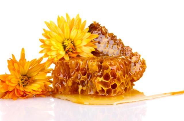 إليك طريقة صنع كريم شمع العسل لترطيب البشرة