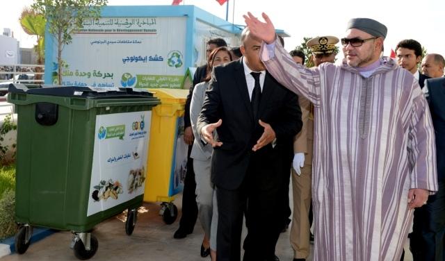 العاهل المغربي  يزور مركز فرز وإعادة تدوير النفايات المنزلية والمشابهة بسيدي البرنوصي