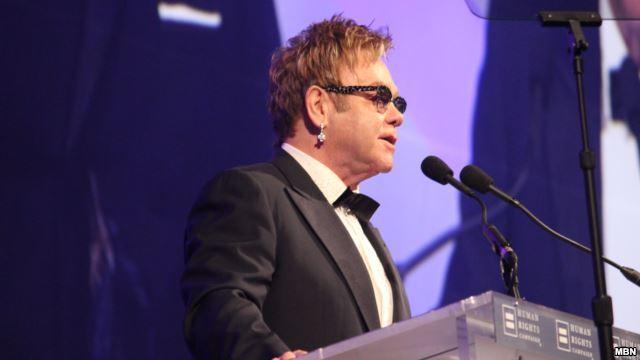 إلتون جون يتبرع بسبعة ملايين دولار لمكافحة الإيدز