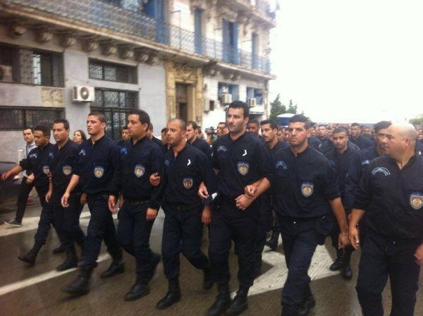 رجال شرطة الجزائر ينظمون مسيرة نحو قصر الحكومة
