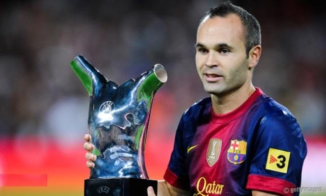 الاسباني إنييستا يفوز بجائزة القدم الذهبية
