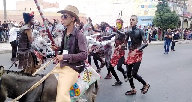 كرنفال مغربي شعبي في أنزكان والدشيرة يبتكر طريقة جديدة للاحتجاج على الغلاء والسياسيين
