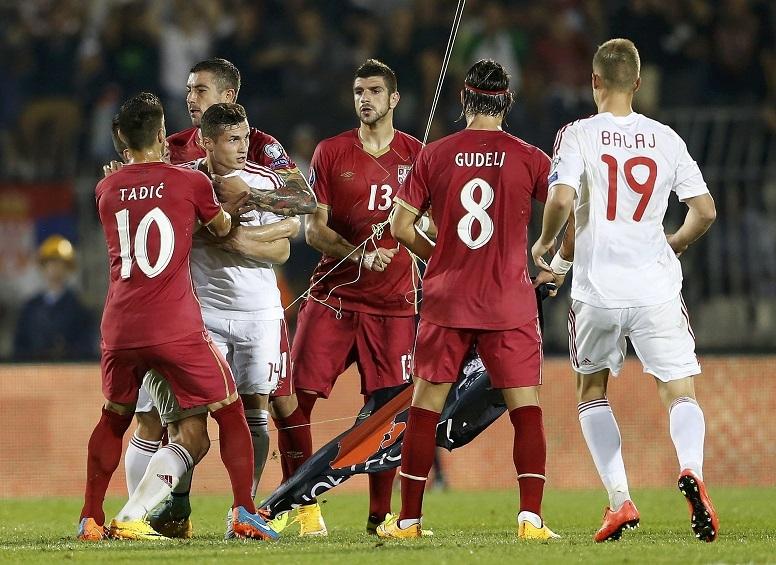 علم البانيا يشعل شجار عنيفاً