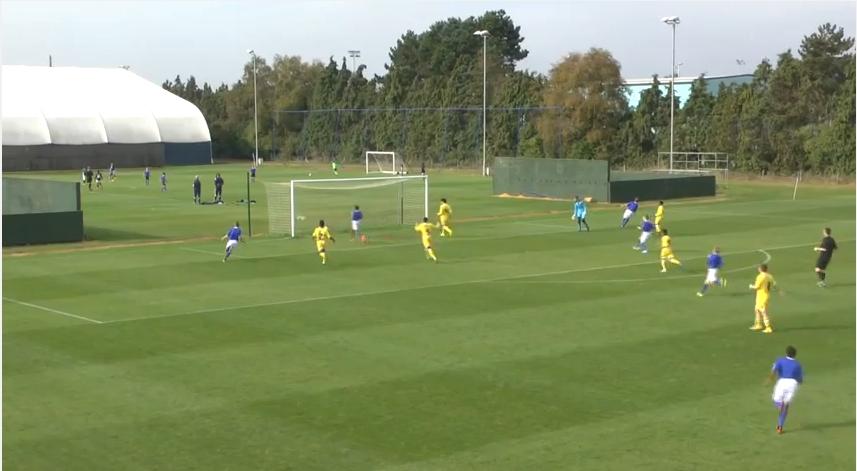 لاعبون أطفال يسجل هدفا رائعا بطريقة