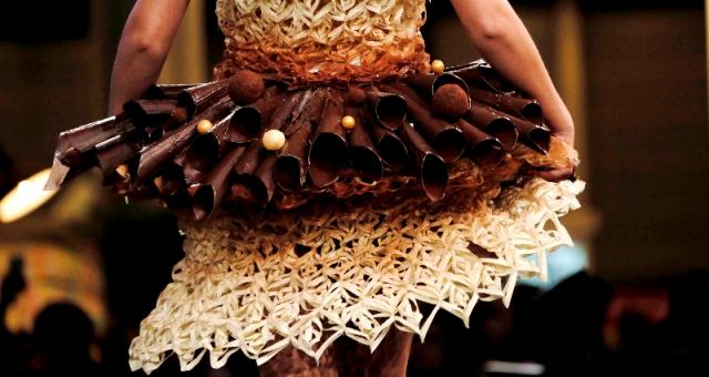 بالصور .. فساتين من «الشوكولاته» في مهرجان خاص بباريس