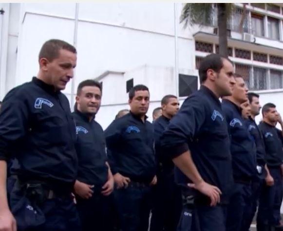 رجال الشرطة في مسيرة نحو قصر الحكومة