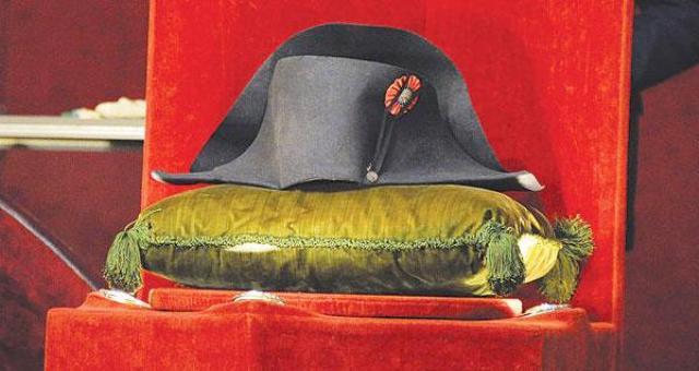 كوري يشتري قبعة نابليون بمليوني دولار